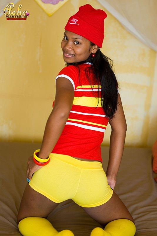девушка мулатка в желтых трусах который